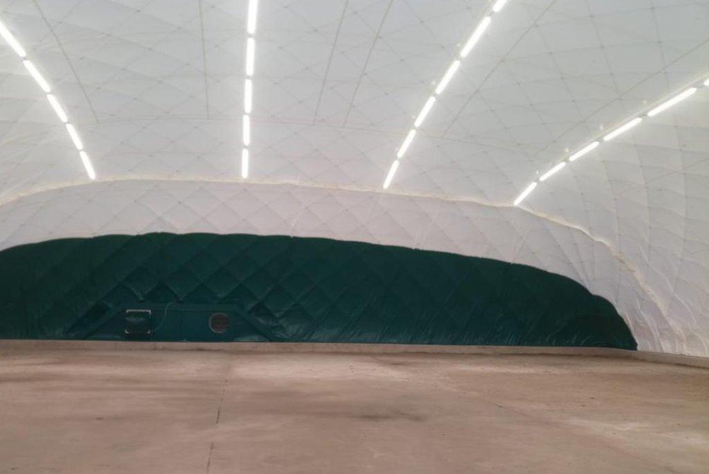 Výstavba haly při ZŠ Jeremenkova zdárně pokračuje.